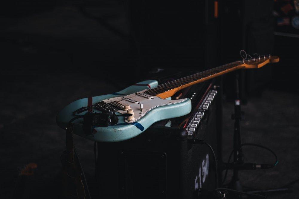 Bli festens helt med gitar